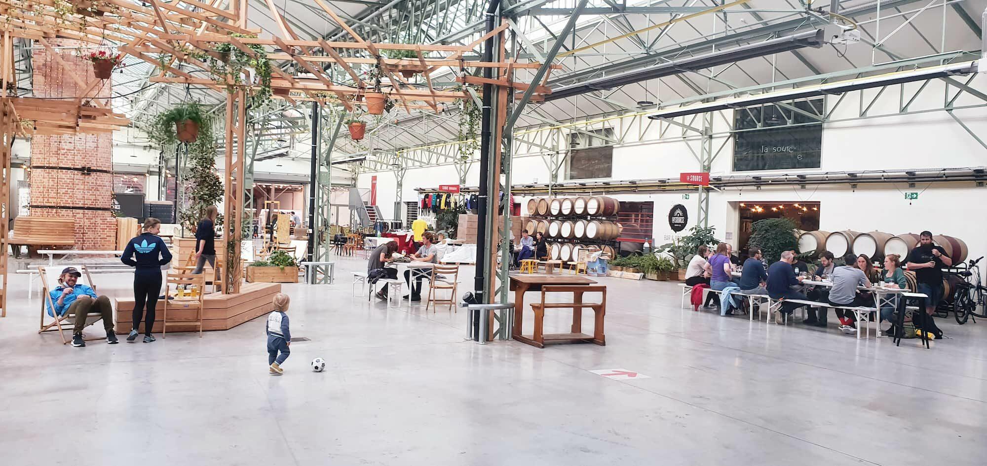 grande halle sous verrière espace ouvert public lunch brunch workshop